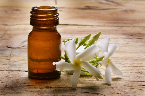 jasmin-essential-oil-and-flower.jpg